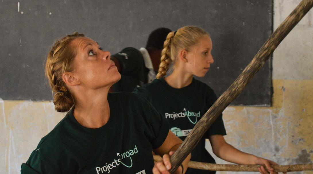 Como parte de su voluntariado en familia, madre e hija ayudan en un voluntariado de Construcción.